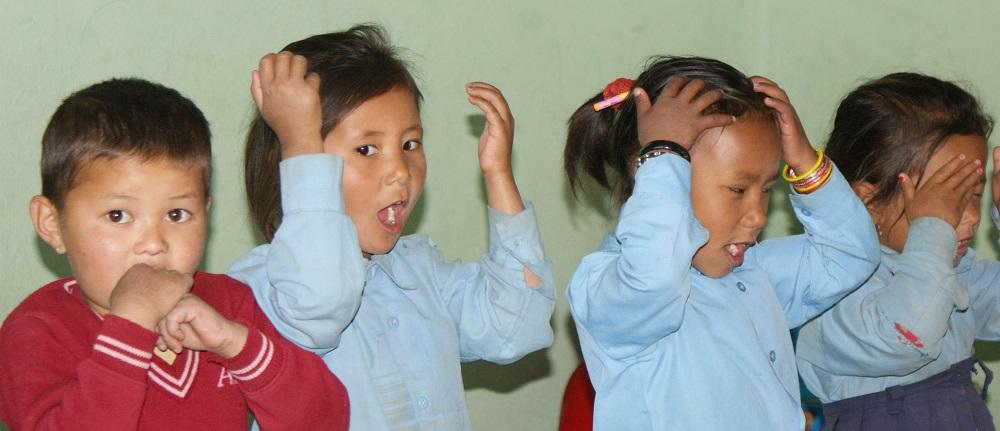 http://zorgvoornepal.nl/wp-content/uploads/Kinderen-tijdens-gezondhedsvoorlichting-op-school-home.jpg
