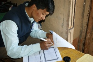 Prem voert gegevens van een kind in, in een groeicurve