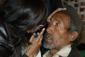 dr Rita oogspiegelt een patient tijdens een oogkamp